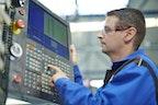 Mitarbeiter beim CNC-5-Achs-Fräsen