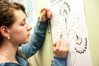 Auszubildende Linda Jopp bei Entwürfen